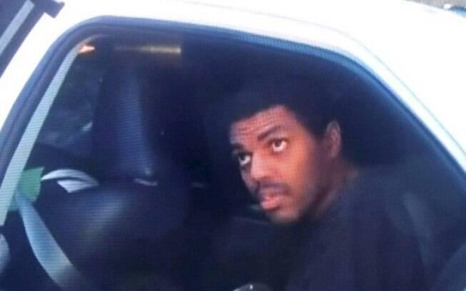 homem saindo de carro de polícia