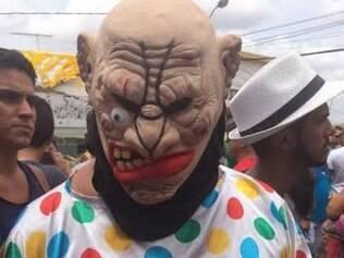 Papangu arrasta foliões pelas ruas de Bezerros