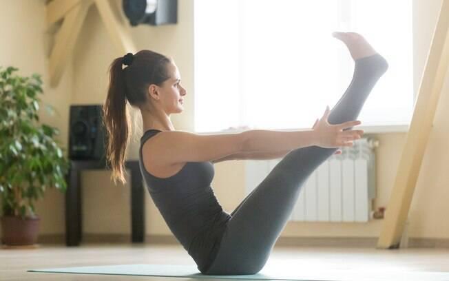 Nesta postura da ioga, só o quadril fica apoiado no solo. É preciso contrair o abdômen para se manter na pose