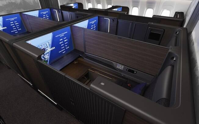 Os assentos da primeira classe têm monitor 4K de 43 polegadas, portas e divisórias móveis para aumentar a privacidade