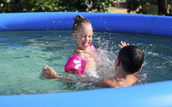 O uso de boias é indispensável, mesmo quando a criança sabe nadar