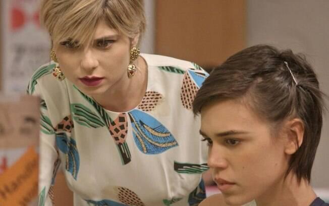 Leila recebe foto de Eliza com Rafael, mas desiste de publicar, em Totalmente Demais