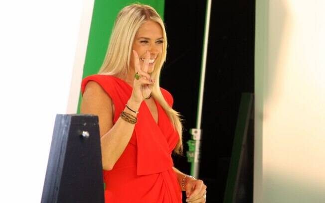 Adriane Galisteu grava as primeiras chamadas de seu programa diário
