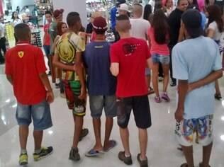 Jovens fazem rolezinho no shopping Aricanduva (SP) em janeiro deste ano