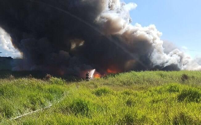 Integrante da brigada de incêndio de indústria sofreu ferimentos leves ao tentar combater as chamas