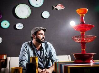 O designer carioca trabalha com diversos materiais e usa produtos reciclados em suas obras