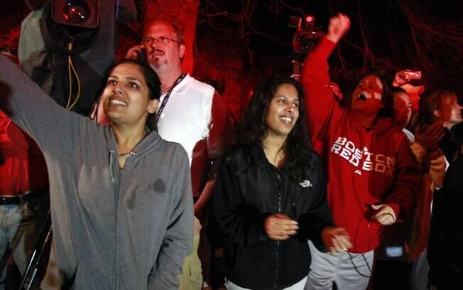 Mulheres comemoram depois de prisão de suspeito por ataque em Boston