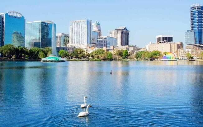 Lake Eola fica no centro de Orlando e é frequentado por locais para piqueniques, corridas, caminhadas e mais atividades ao ar livre