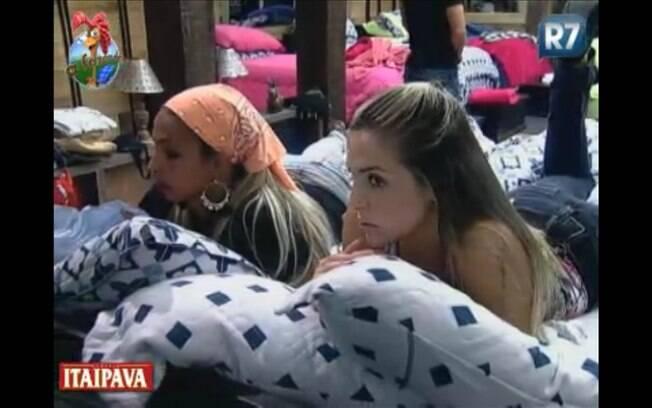 Joana Machado e Valesca Popozuda conversam no quarto da sede