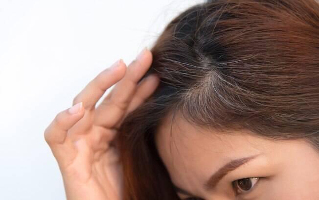 Dermatologista explica ao Delas o que acontece realmente quando você não resiste e arranca um dos cabelos brancos