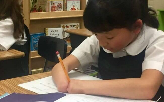 Prêmio de caligrafia concedido à estudante é entregue anualmente nos Estados Unidos