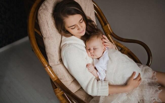 Dormir junto com seu bebê em poltronas ou sofás pode até ser prazeroso, mas aumenta o risco de morte em até 50 vezes