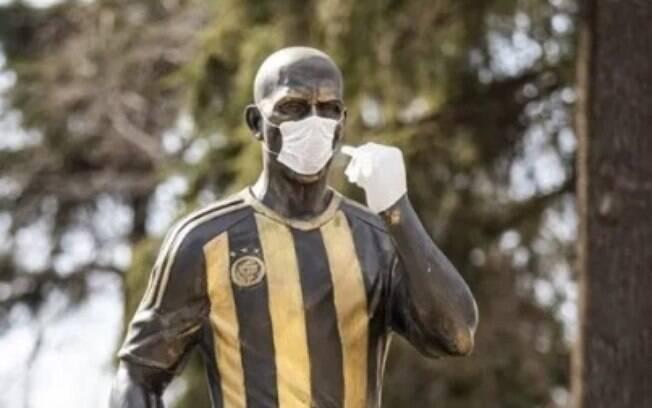 Estátua de Alex ganha máscara e luvas