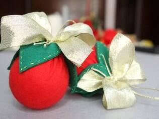 Apenas com feltro, isopor e criatividade é possível fazer uma bola para a árvore de Natal