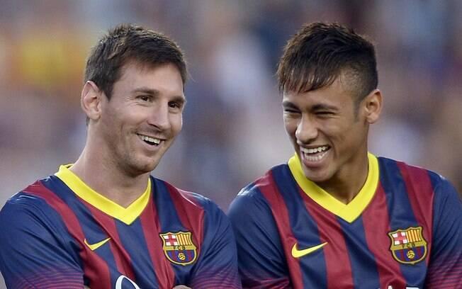 Messi e Neymar posam em apresentação do  elenco do Barcelona para torcida antes de jogo  contra o Santos