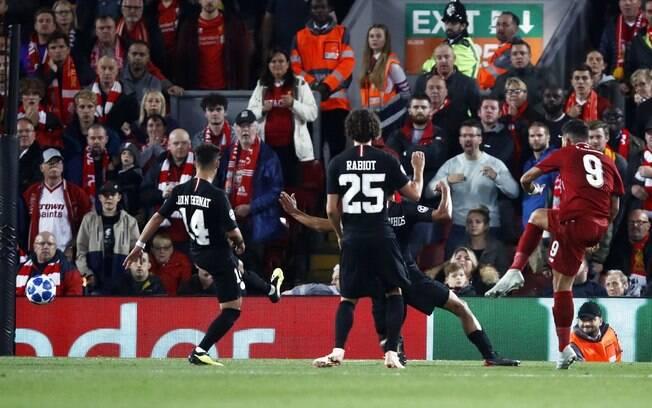 Firmino bate para dar a vitória do Liverpool sobre o PSG