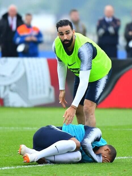 Atacante da seleção da França Kylian Mbappé deixou o gramado do centro de treinamento de Istra após uma dividida com o zagueiro Rami
