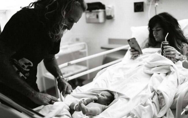 Foto de mãe após parto do filho mexendo no celular fez com que usuários das redes acusassem-na de negligência