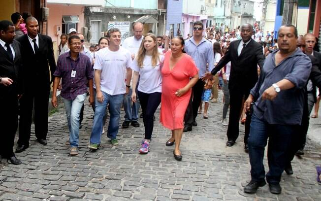 Luciano Huck e Chealse Clinton no morro do vidigal