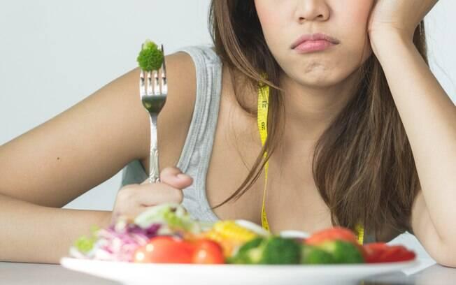 Como emagrecer? Tirar todas as fontes de gordura da alimentação e comer só salada, por exemplo, não é algo bom