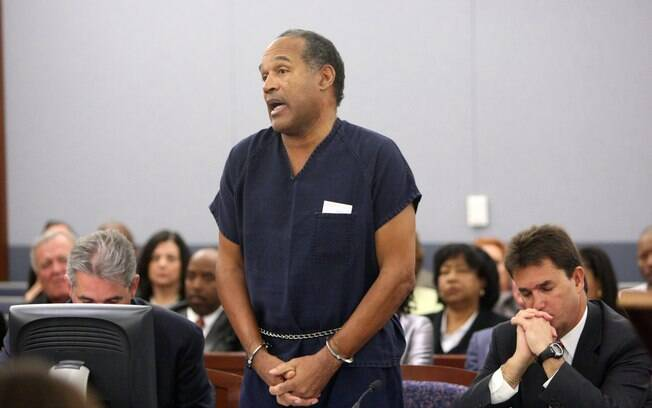 OJ Simpson chegou a ser condenado por matar a  ex-mulher, mas depois foi absolvido. Hoje está  preso por assaltar um hotel