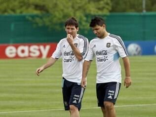 Sergio Aguero ao lado de Lionel Messi, em treinamento da seleção argentina em Ezeiza, nos arredores de Buenos Aires.