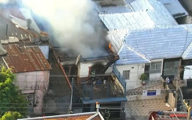 Incêndio na Penha faz com que telhado de casa desabe e preocupa os moradores da região; fogo foi controlado