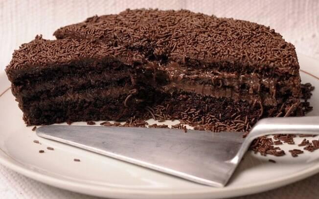 O bolo de brigadeiro da chef Laura Estima é irresistível. Aprenda a fazer essa receita deliciosa