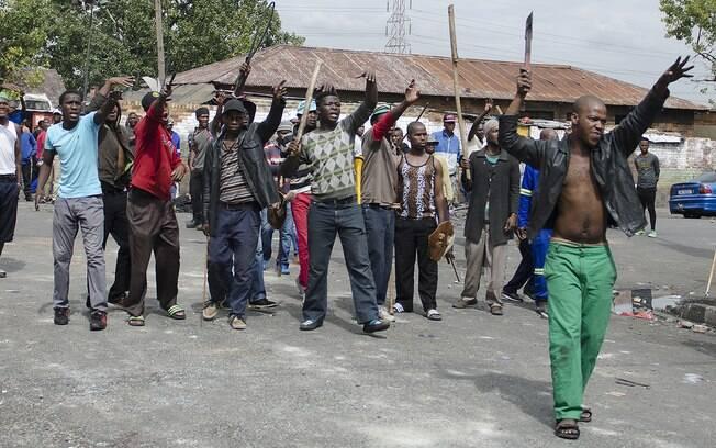 Sul-africanos usam armas brancas para intimidar estrangeiros e convencê-los a deixar o país