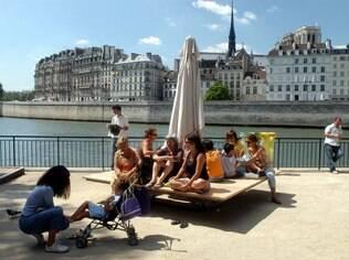 A cada verão europeu,  Paris reinaugura sua tradicional praia artificial ao longo do rio Sena