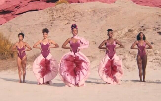 Antes do cachecol de vulva, a cantora Janelle Monáe já havia aparecido usando a calça que parece a vagina em um clipe