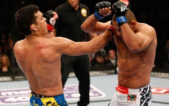 Lyoto Machida em ação contra Dan Henderson no  UFC 157