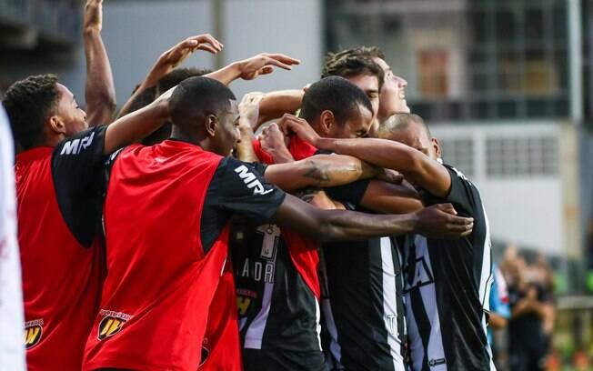 Jogadores do Atlético Mineiro se abraçam após um dos gols na goleada sobre o Fluminense pela 11ª rodada do Brasileirão