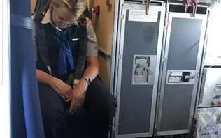 Bêbada e 'apagada', comissária é presa em cadeira durante voo nos EUA; assista