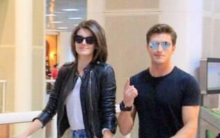 Camila Queiroz e Klebber Toledo atendem fãs em aeroporto do Rio de Janeiro