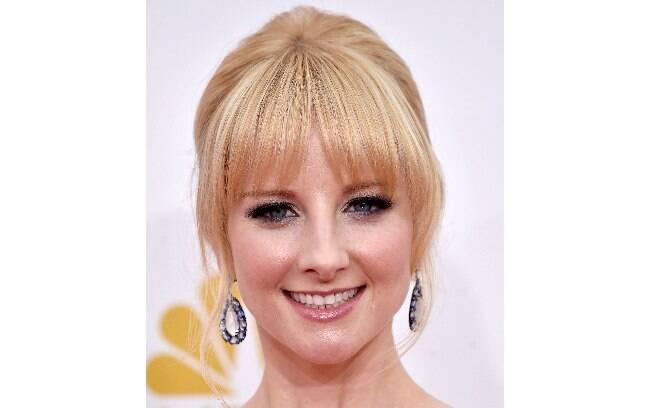 A atriz de Big Bang Theory, Melissa Rauch, tinha a franja em destaque e os olhos esfumados de preto