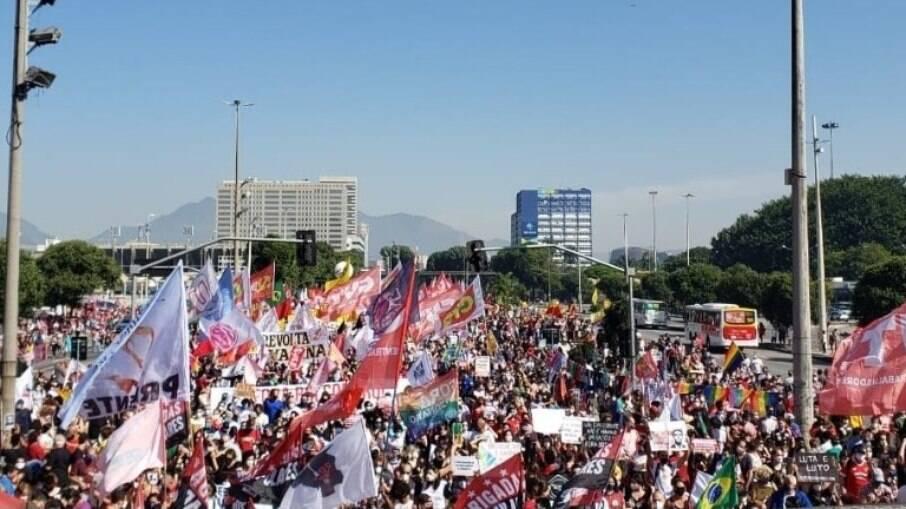 Fora Bolsonaro no Rio de Janeiro é marcado por muitas cores, bandeiras do Brasil e do orgulho LGBTQIAP+