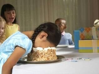 Caso de menino britânico de cinco anos que recebeu 'fatura' de R$ 63 após faltar a festa de amigo da escola causou polêmica