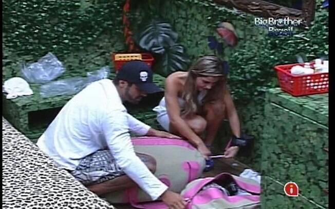 Yuri ajuda Renata a fechar sua mala