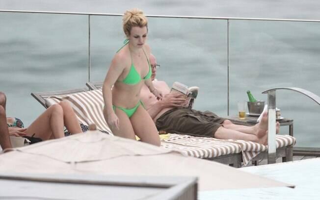 Britney Spears apareceu na piscina do hotel Fasano, em Ipanema, nesta terça (15)