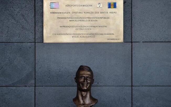 Busto de Cristiano Ronaldo no aeroporto que leva seu nome