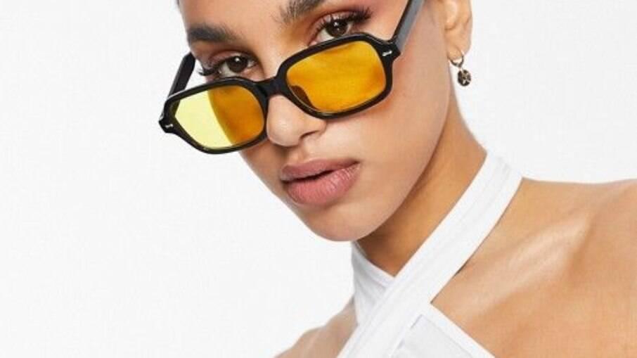 As lentes alaranjadas aparecem principalmente em armações pretas.