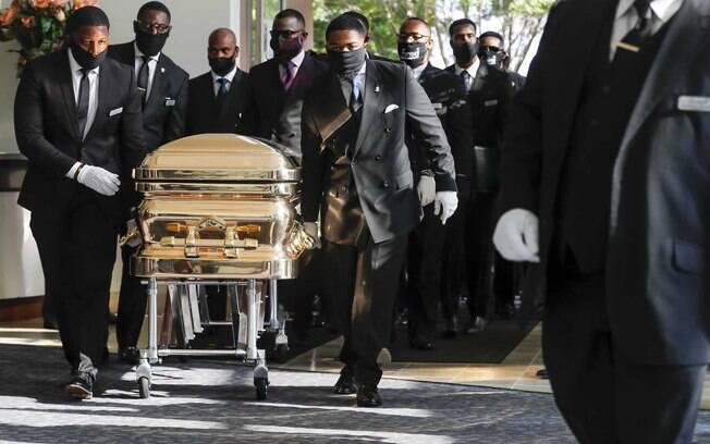 Floyd morreu após ser contido por policiais de Minneapolis, em 25 de maio