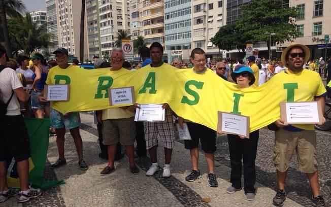 Manifestantes pedem a saída da presidente Dilma no posto 5, em Copacabana, no Rio de Janeiro. Foto: Nina Ramos/iG Rio de Janeiro