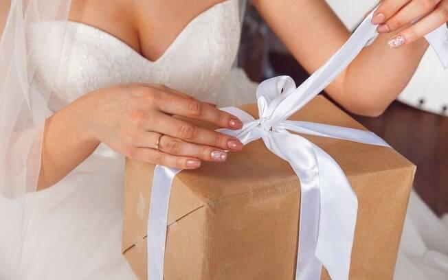 Noiva recebe dinheiro de presente de casamento e reclama que quantia não é suficiente; história repercutiu nas redes