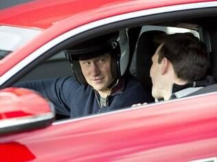 Versão com teto rígido do superesportivo da Jaguar deve chegar ao País em maio. A versão conversível foi bem avaliada pela crítica