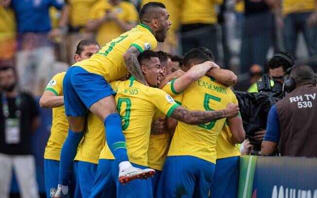 Brasil comemora gol diante do Peru, em Itaquera