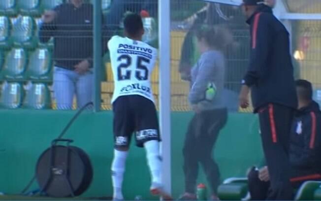 Clayson, atacante do Corinthians, jogou água em grupo de torcedores da Chapecoense