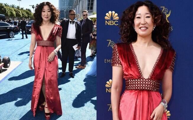 Looks das famosas: Sandra Oh usou um vestido em tonalidades diferentes de vermelho e decore em 'V' no Emmy Awards