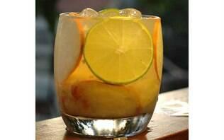 Caipirinha de caju e limão